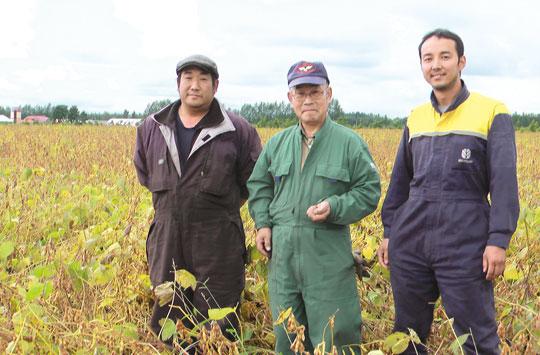 大地を守る会の生産者の大牧農場(北海道)のみなさん。左から五十川賢治さん、五十川勝美さん、村橋美学さん。「安心して食べられる大豆づくり」をモットーに、農薬を使用せずに大豆を作っています。