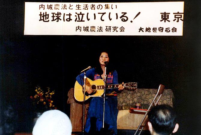 ギター一本で歌う加藤登紀子さん