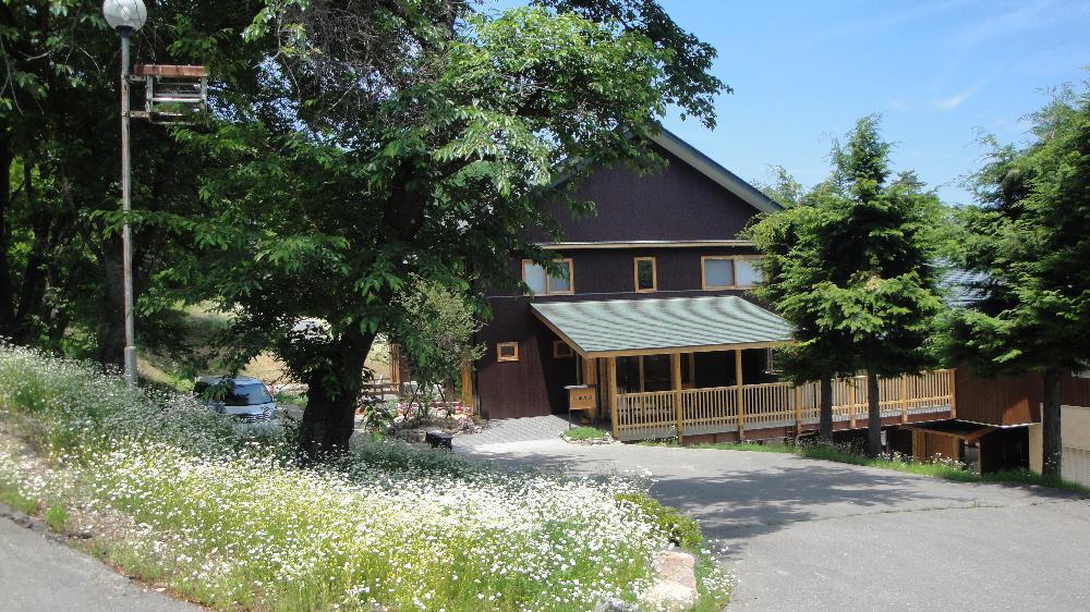 カモミール畑のなかに建つ八寿恵(やすえそう)荘