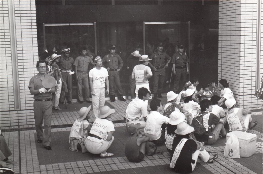 座り込んで抗議する人々