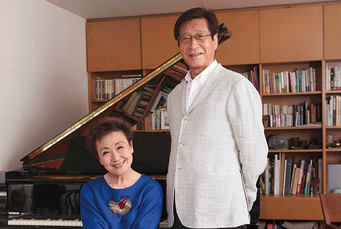 加藤登紀子さんと藤田がピアノの前に並んで