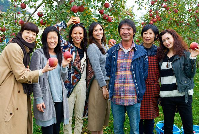 原俊朗さん・明子さんを囲むゲストの皆さん。モデルやイラストレーター、ヨガ講師、アパレルブランドのディレクターとさまざまな職種の女性たち。食への関心も高い方ばかりです。