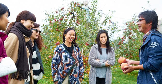 原俊朗さんからりんごについての話を聞くゲストの皆さん