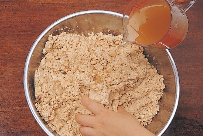 大豆とこうじを混ぜる