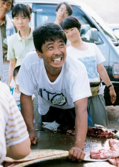 交流会で魚をさばく島源さん