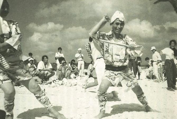 石垣島・白保での歓迎セレモニー。地元の踊りなどが披露された。
