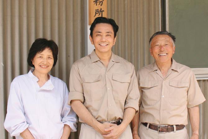 右から二代目の川原義明さん、三代目の渉さん、二代目のおつれあいの和子さん。節分に人気の「福豆」も製造しています