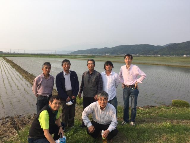 地道に歩いては有機米の産地を増やしていった。大地を守る会・長谷川満(写真手前右)と㈱マゴメ代表・馬込和明さん(同左)。写真は山形県庄内地方にて、みずほ有機生産組合の皆さんと。