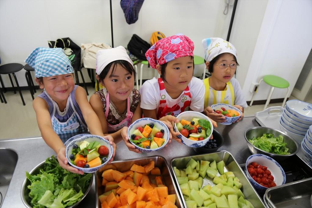 子ども料理教室のサラダ作り