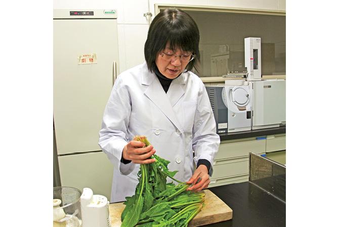 生産地から届いた野菜の残留農薬を自社分析室でチェック。計画を立てて、年間で約400サンプルを検査します。