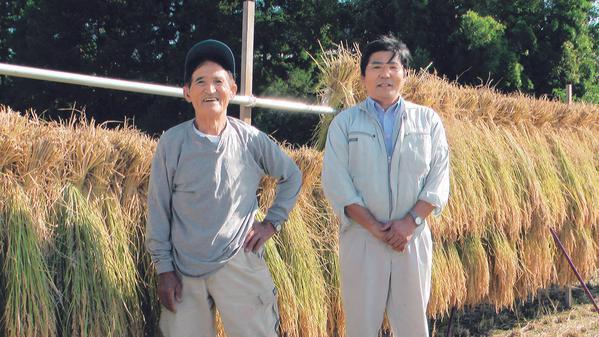 金井繁行さん(右)と父親の金井敏二さん。
