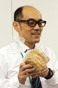 大地宅配のパン開発、仕入担当・田沼晃。試行錯誤を繰り返し、ついに食品添加物を使用しない「ブランパン」の開発に成功。