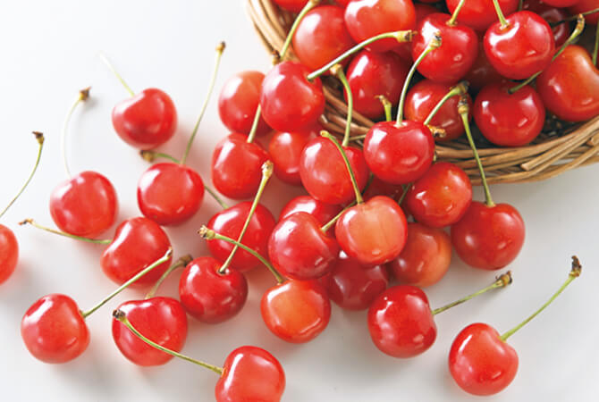 毎年大人気の「達人・奥山さんのさくらんぼ」。朝摘みで完熟の甘みとこくをお楽しみください
