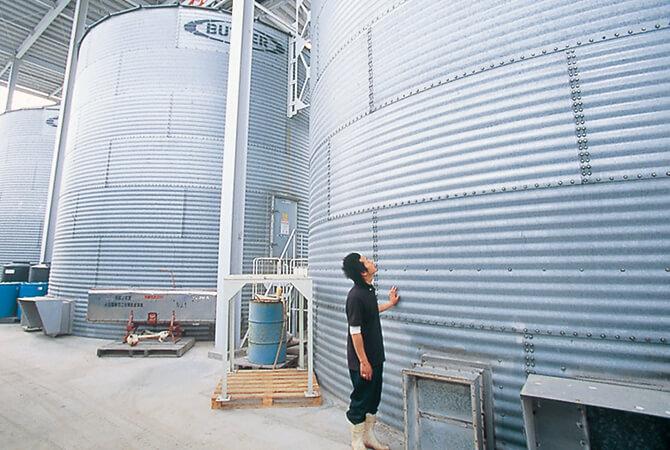 """""""もみ殻付きのまま""""温度・湿度を管理できるタンクで貯蔵。"""