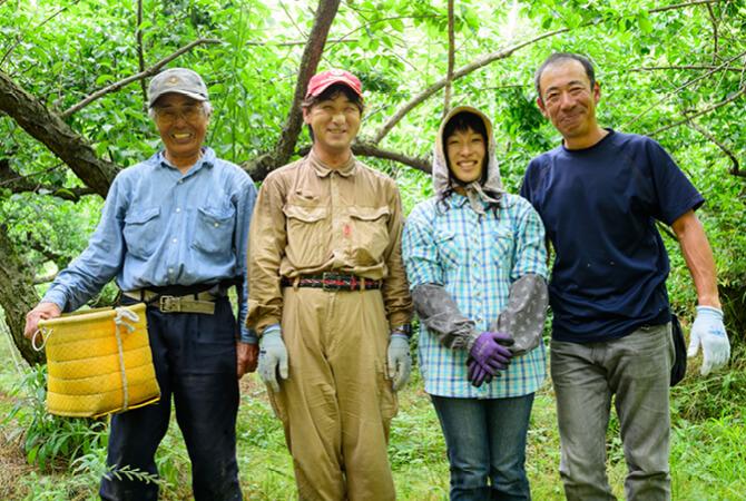 王隠堂農園の仁司与士久さん(写真右)と、農園で働く皆さん