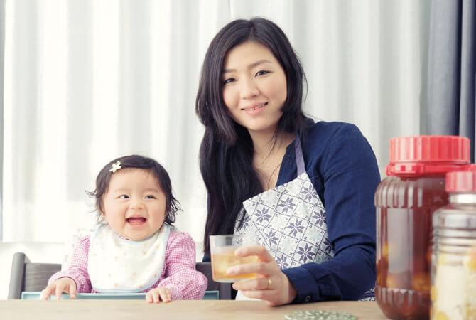 """忙しい子育ての日々を癒してくれる""""梅香る、ひととき""""。お母さんのゆとり時間に珠澄(みと)ちゃん(9カ月)も思わずにっこり。"""