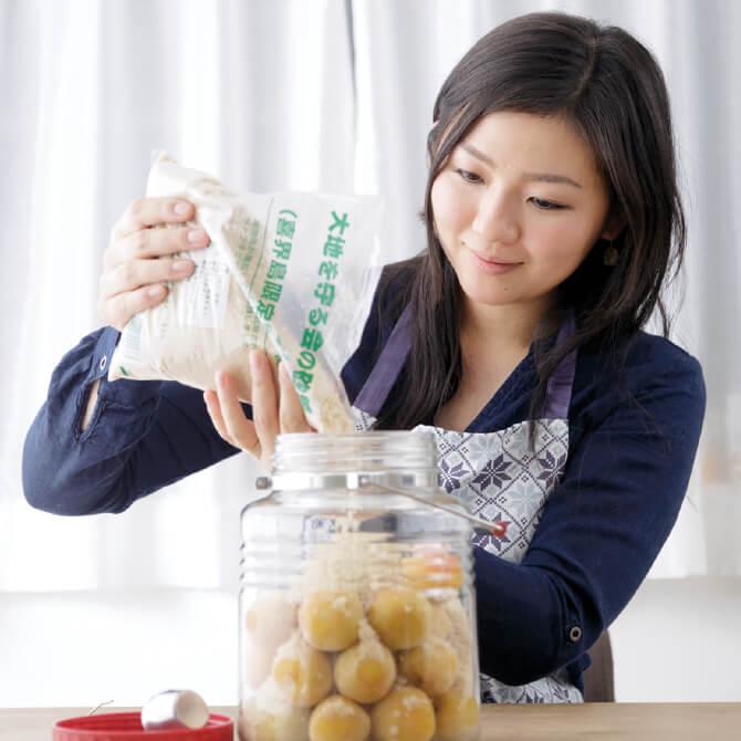 ②味に深みを与える、きび糖を使用。焼酎を入れなければこれだけでジュースが完成。