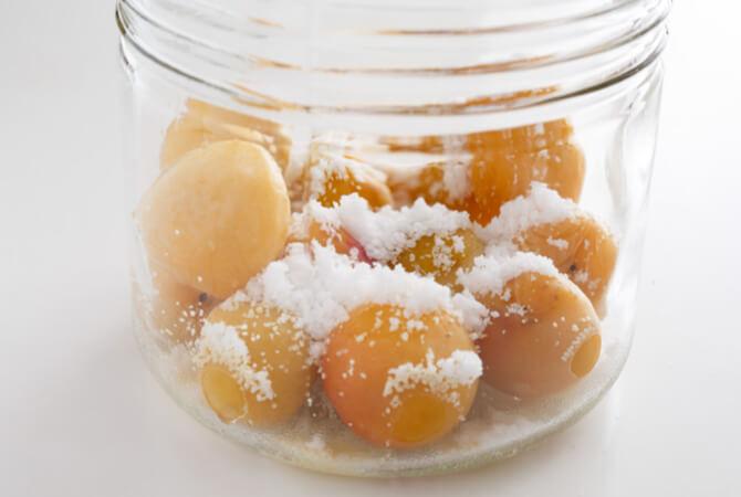 泡盛をまんべんなく吹きかけ、塩(1/3量)を振る