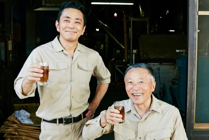 川原製粉所・三代目の川原渉さん(左)と先代の川原義明さん(右)親子
