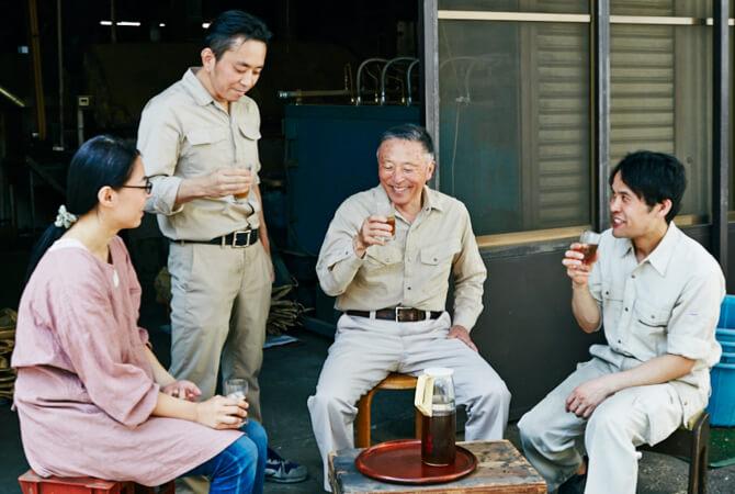 作業の合間に社員の皆さんと麦茶で休憩