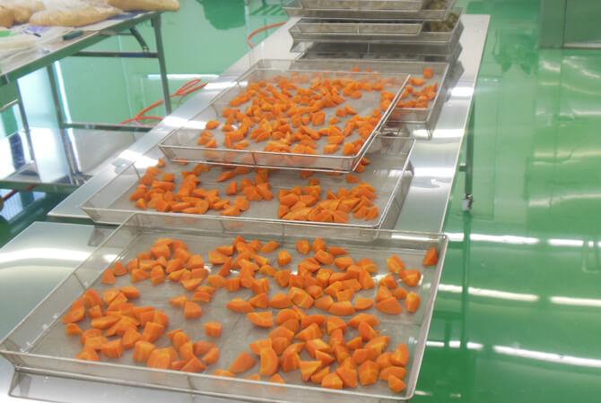 野菜ごとに最適な加工が異なるため、作業は野菜ごとに行われます。