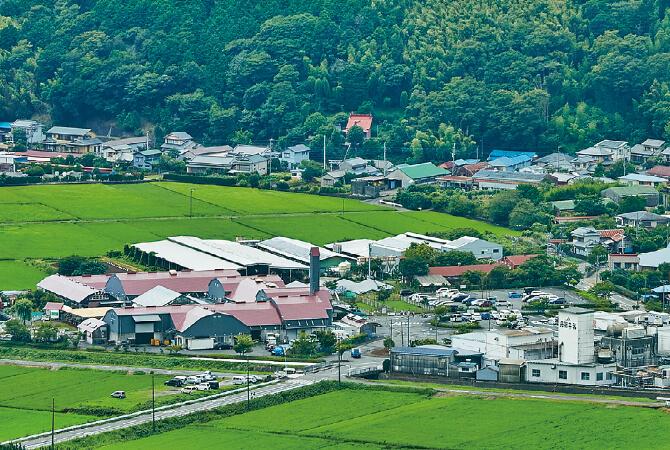 静岡県の豊かな緑に囲まれたムーラン ナ ヴァン(左手の赤い屋根)。牛乳工場がすぐ隣(右手前の白い建物)という恵まれた環境です