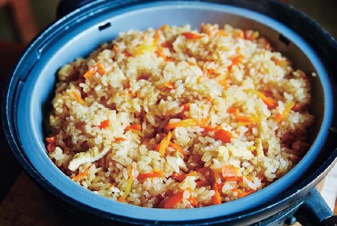 富谷家の人参ごはん。炒めてから、甘じょっぱく煮詰めて蒸す、中華ちまきのような作り方。