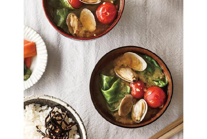 ボンゴレみたい? と、思い切ってアサリとトマト、キャベツを組み合わせてみたら、春らしくさわやかなおいしさを発見。毎日のごはんをきちんとしなくてはと構えるのではなく、今朝あるものでまず味噌汁を。