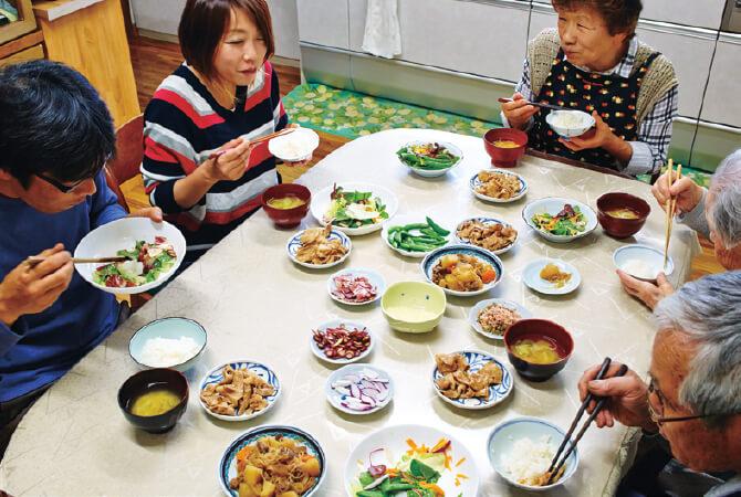 川里賢太郎さんと久美子さんご夫妻、お父様の弘さんとお母様のすみ江さん、今年103歳になる賢太郎さんの祖母・静代さんの5人で食卓を囲む(4歳、6歳、8歳の3人の子どもたちは通園・通学中)。「毎日きっかり12時に食べ始めます!」