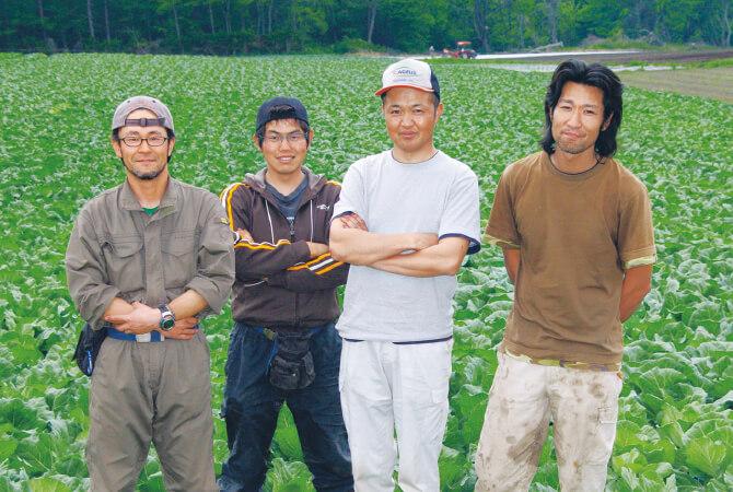 北軽井沢有機ファミリーの皆さん。「キャベツの外葉が重なり合い出してつやが増したら、間もなく収穫です。毎年この時季、7月頭のキャベツが一番おいしいですよ」