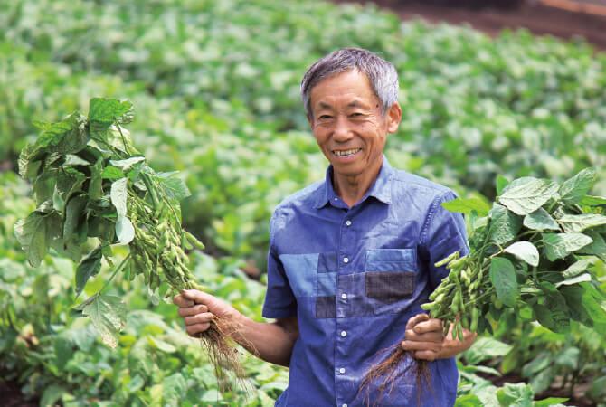 生産者の三枝晃男さん。日中の呼吸で糖分を使う枝豆は、日が昇る前に収穫するのがポイント。最盛期は朝3時に起きて収穫作業を行っています