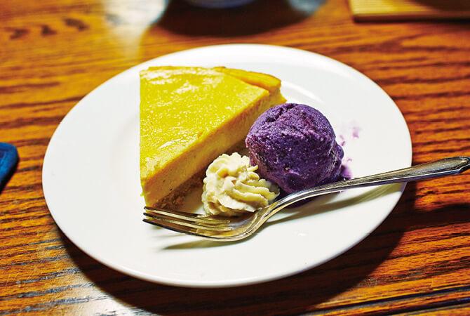 豆腐とかぼちゃのチーズケーキ風 に豆乳ブルーベリーアイスを添えて