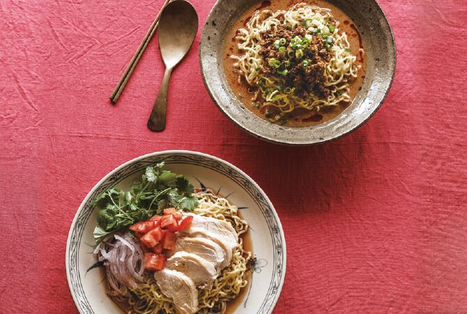 大地を守る会の「平飼たまご麺の冷やし中華」の醤油だれをアレンジしたエスニック鶏麺(左)と、金ごまだれに手を加えた豆乳担々麺(右)