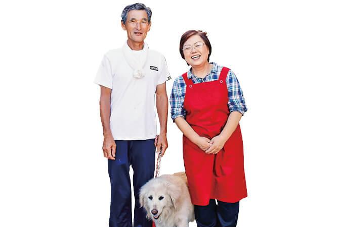 いわき夏井ふぁーむの小林勝弥さん、美知さん夫婦と愛犬の花凛(かりん)