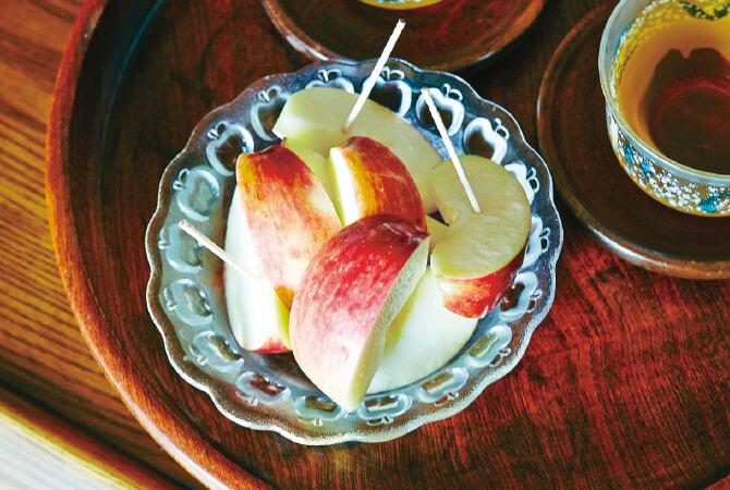 お皿に盛ったりんご