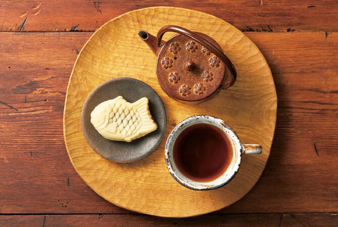 きれいな飴色をした樽井さんの有機紅茶と和菓子