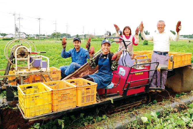 堀田さん夫婦と息子さん夫婦でワイワイ作業風景