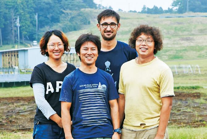 木更津農場・農場長の伊藤雅史さん(手前)と左から伊藤綾花さん、吉岡龍一さん、阿久津竜馬さん