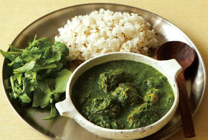 緑の野菜とサバのカレー