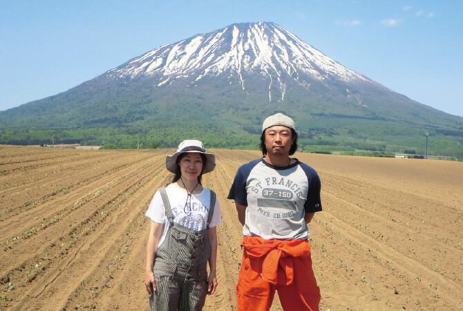 『北海道のブロッコリー』の生産者、ベジタブルワークス佐々木伸さん(右)とおつれあいの千亜希さん