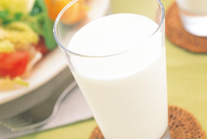 上面にできたクリームの膜はコーヒーに入れると美味な、低温殺菌牛乳(ノンホモ)