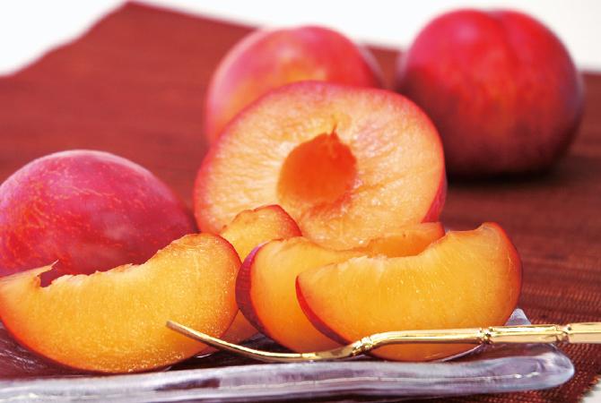 果皮は紅色で果肉は淡黄色、桃に近い大きさの貴陽