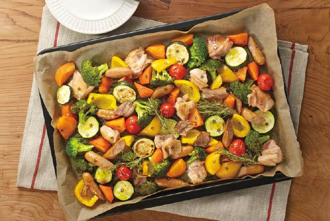 肉厚ジューシーパプリカアレンジ料理。いろんな夏野菜とオーブンで焼くのみ!