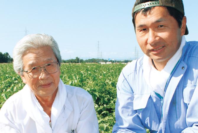 北海道・金井さんの男爵生産者、北海道江別市金井修一さん(右)と父親の正さん
