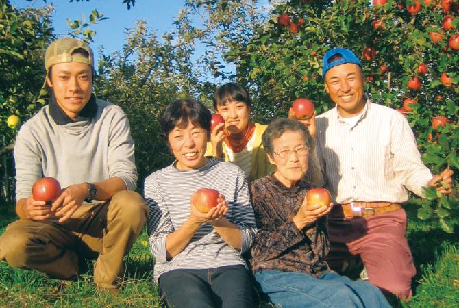 シナノスイート(りんご) 生産者、長野県松川町 農事組合法人増野 熊谷宗明さんご家族(右・宗明さん)