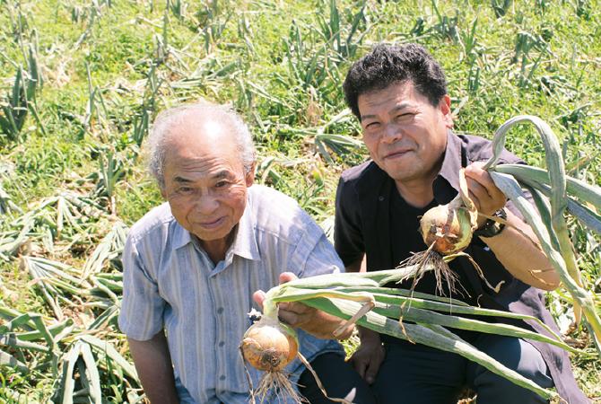 北海道・大作さんの玉ねぎ(札幌黄)生産者、北海道札幌市 大作幸一さん(左)と大作淳史さん(右)