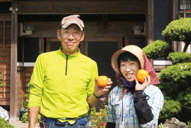 富有柿生産者、王隠堂農園(奈良県五條市)仁司 与士久さん(左)と美歌さん(右)