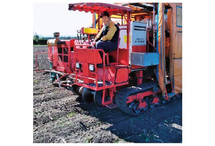 畑の手入れは収穫機に乗って、ていねいに行います。