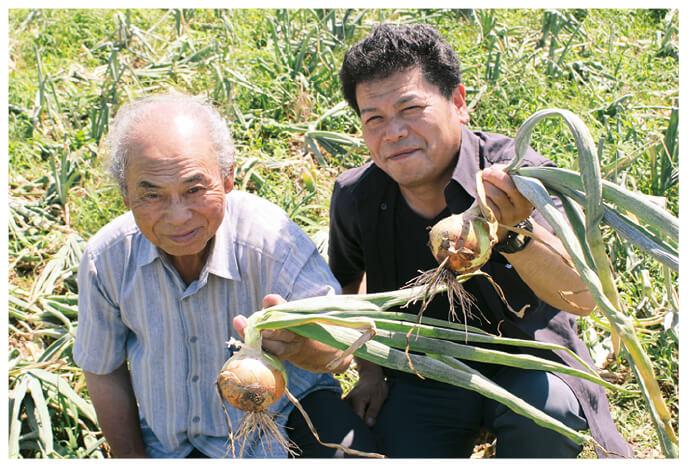 北海道の玉ねぎ生産者、北海道札幌市 大作幸一さんと息子の淳史さん(右)