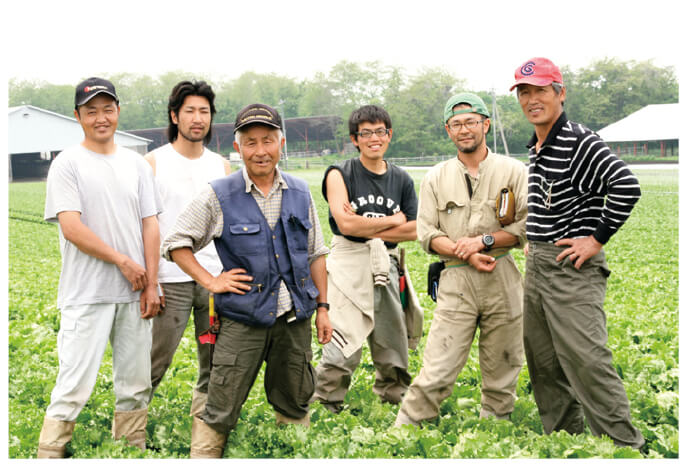 キャベツ、レタス、ズッキーニ、とうもろこしの生産者、北軽井沢有機ファミリーの皆さん(群馬県長野原町)